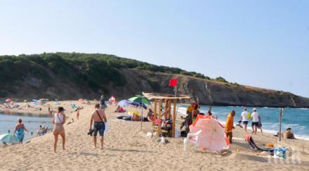 Бурното море изяде плажа на Синеморец