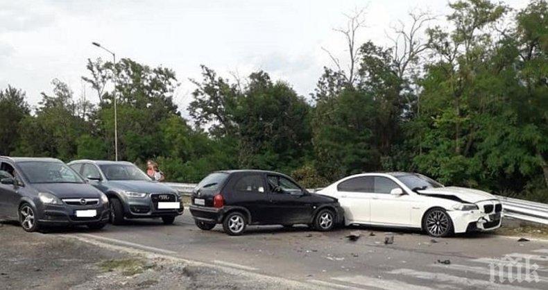 ОТ ПОСЛЕДНИТЕ МИНУТИ: Катастрофа с четири коли блокира пътя Варна - Златни пясъци
