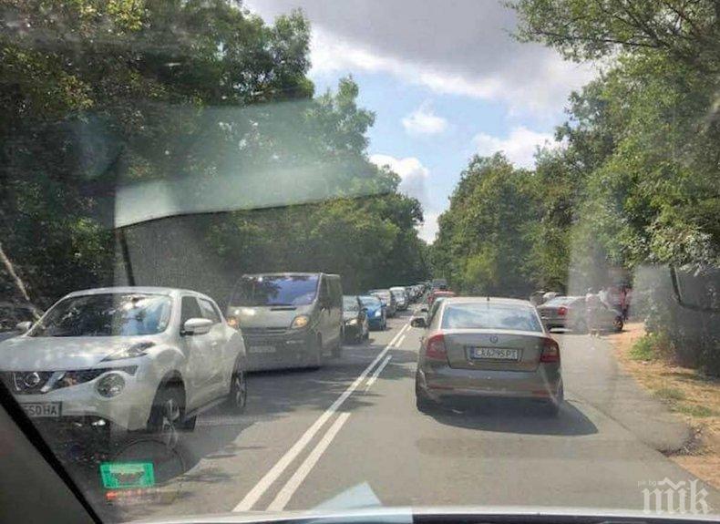 ОТ ПОСЛЕДНИТЕ МИНУТИ: Ад на пътя за Приморско! Катастрофа блокира движението, тапата е километрична