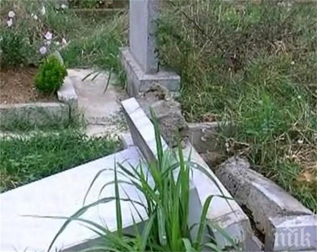 ШОК: Заравят мъртъвците в селско гробище само на 70 см, местните възмутени: Кучетата ще ги изровят!