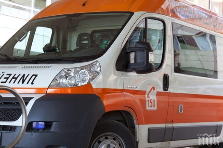 Дъска от порутена сграда разцепи главата на 35-годишна жена в центъра на Бургас