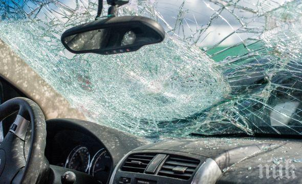ЖЕСТОКО МЕЛЕ: Петима пострадаха при катастрофа между три коли в Плевенско