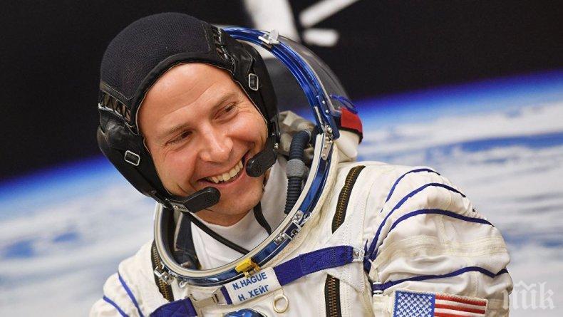 Астронавти от НАСА излизат в открития космос, денят Х е 21 август