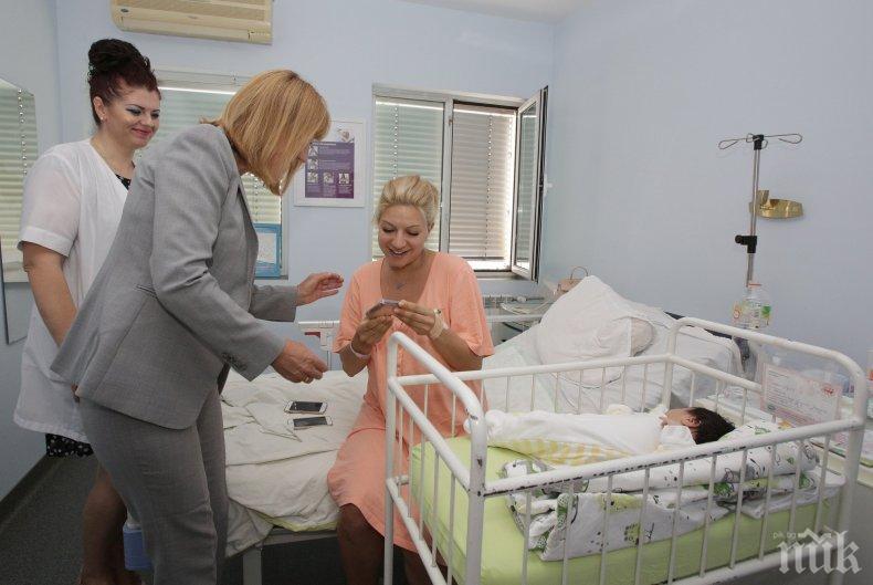 Фандъкова в болницата при Йоанна Драгнева и новороденото й бебе (СНИМКИ)