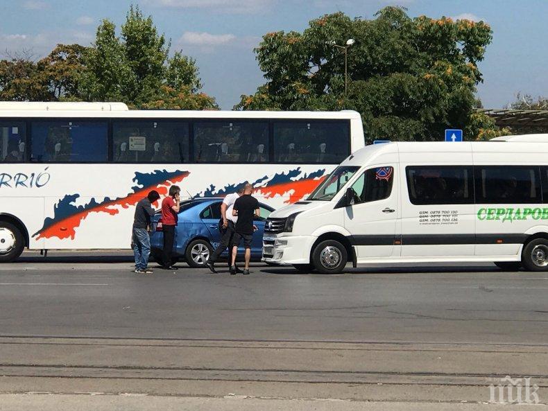 ПЪРВО В ПИК: Катастрофа до Централната автогара в София - маршрутка и шкода се помляха (СНИМКИ)