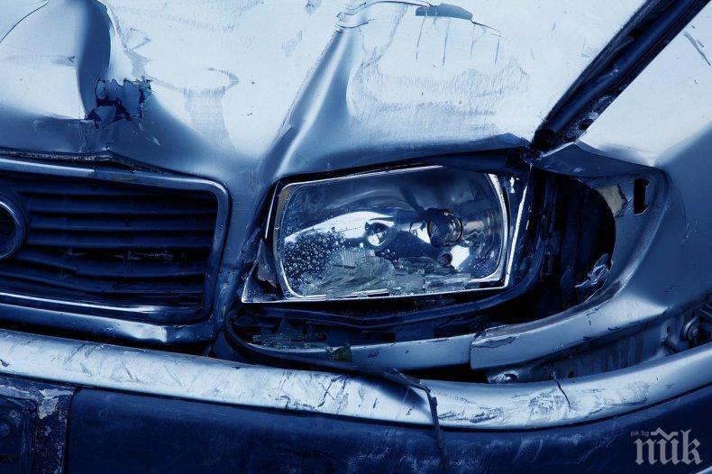 """ИЗВЪНРЕДНО В ПИК: Челен удар затвори магистрала """"Хемус"""", задръстването е огромно"""