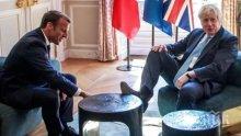 Борис Джонсън взриви нета - качи си крака на масата пред лицето на Макрон