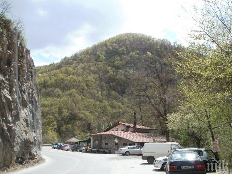 ЗАПЛАХА: Село блокира пътя Пловдив-Смолян, лъгали ли ги за чакан ремонт