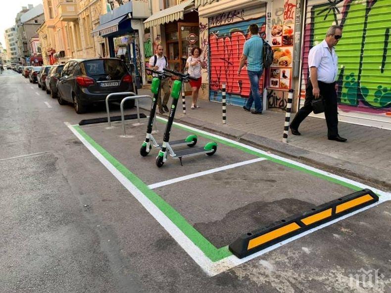САМО В ПИК: Фалстарт още в първия ден! Млад шофьор паркира на зеленото място за тротинетки под наем (СНИМКА)