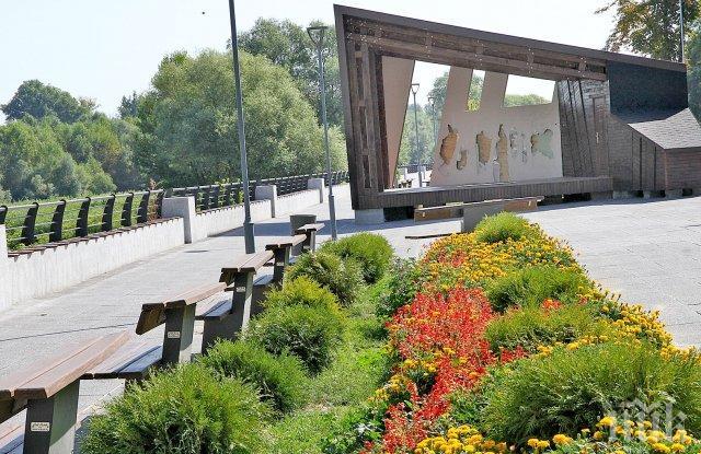 ТАКИВА СМЕ И ТОВА Е: Вандали вилняха в Пловдив, разбиха новата сцена край Марица (СНИМКИ)