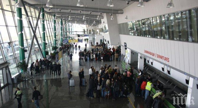 """ЛАВИНА: Сигнал за бомба и на летище """"Пловдив"""", евакуираха цял самолет с пътници"""