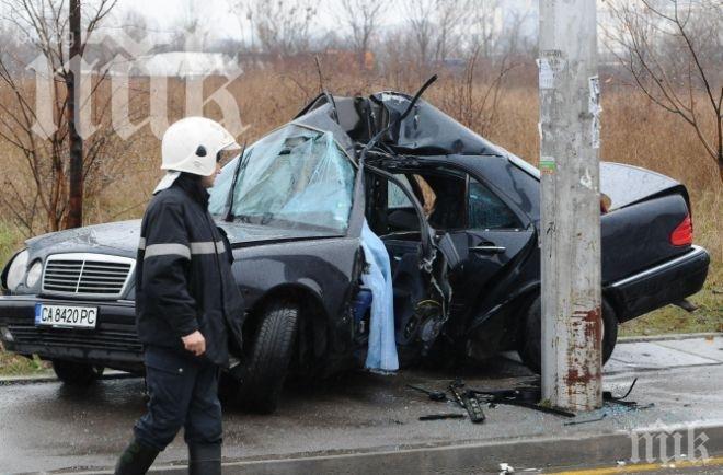 Шофьор се разби в стълб, остави 200 домакинства без ток
