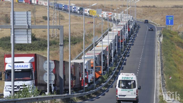 """Страшна тапа на """"Дунав мост 2"""" - преминаването на границата отнема 10 часа"""