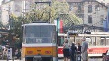 СНИМКАТА НА СНИМКИТЕ! Мая Манолова бяга от Ива Николова, мята се на трамвай