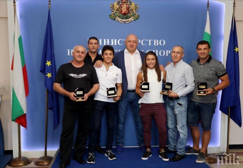 Министър Кралев награди бронзовите медалисти от Световни първенства по борба Едмонд Назарян и Сезен Белберова