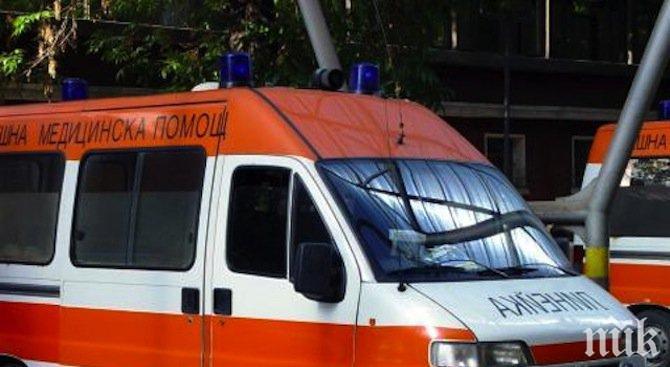 ИЗВЪНРЕДНО: Кърваво меле на Е-79! Кола изхвърча от пътя, жена е заклещена вътре