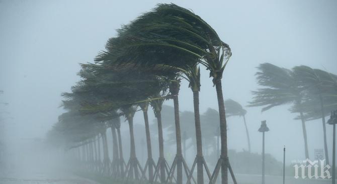 """Ураганът """"Дориан"""" намали силата си до тропическа буря"""