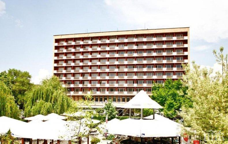 """ЕКШЪН В СОФИЯ: Петима пребиха и ограбиха мъж пред хотел """"Рила"""", източиха му картата"""