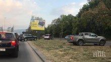 НА ВНИМАНИЕТО НА КАТ: Шофьори брутално газят закона! Заобикалят задръстване през зелени площи (СНИМКИ)