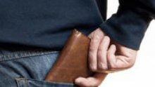 Опасно: Източват банковата карта, докато е в джоба