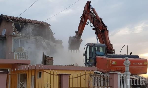 Бутат 38 незаконни постройки в ромската махала във Варна