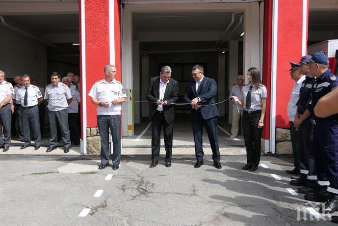 Вътрешният министър поздрави пожарникарите, откриха обновена сграда на огнеборците (СНИМКИ)