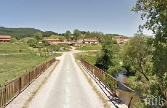 Камион падна от мост в река край Смолян