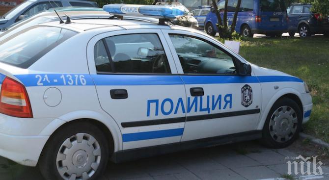 ЕКШЪН: Пиян шофьор се заби с колата си в магазин, извади нож и пистолет (ВИДЕО)