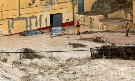Испанският премиер посети засегнатите от наводнението райони