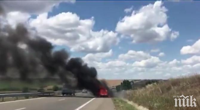 """Кола пламна на магистрала """"Тракия"""" (СНИМКА)"""