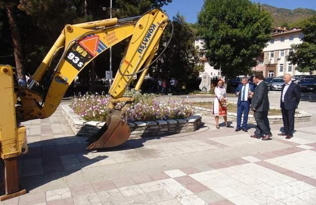 Първа копка за пеещ фонтан на площада в Девин
