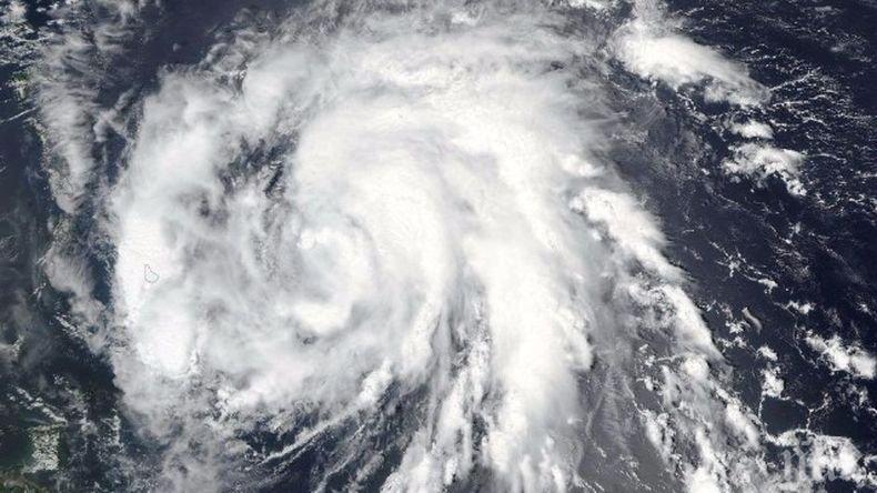 """Стихия: Ураганът """"Умберто"""" остави без електрозахранване над 22 000 души на Бермудите"""