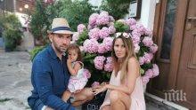 Наско Месечков прибра сина си от родилното - ето как посрещна бебето и жена си вкъщи... (СНИМКА)