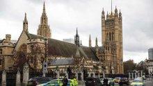 Задържаха мъж, залял се с бензин пред парламента в Лондон