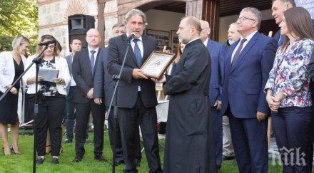 """Министър Банов подари специална икона за храм """"Св. Св. Константин и Елена"""""""