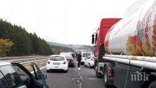 """ПЪРВО В ПИК: Кола се запали на """"Тракия"""", задръстването на магистралата е брутално (СНИМКИ)"""