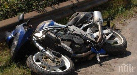 КАТАСТРОФА: Пежо намали, мотор се вряза, мотористът - с фрактура