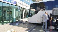 """ИНЦИДЕНТ: Автобус отнесе офис на автогара """"Сердика"""" (СНИМКИ)"""