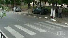 Жена с бус помете пешеходка на зебра