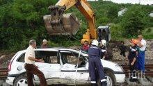 КАСКАДА: Кола кацна върху релсите край село Васил Левски