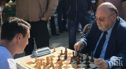 САМО В ПИК: Евродепутатът Александър Йорданов и Христо Йовов в оспорвана битка на площада в Своге (СНИМКИ)