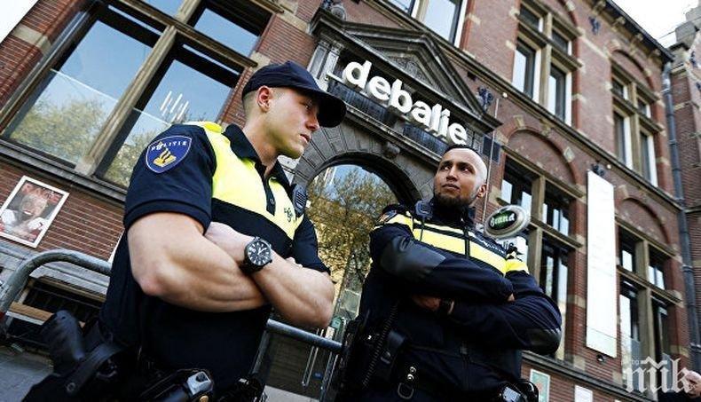Мъж заби кола в хора на холандски площад, има ранени