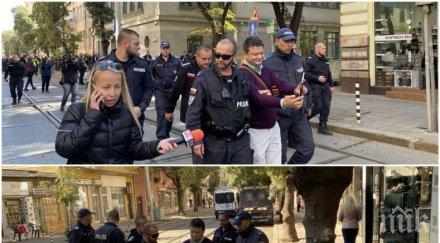 """САМО В ПИК: Търговец на презервативи с провокации на """"МАРША ЗА ЗАКОННОСТ"""" пред ВСС - полиция го изведе (СНИМКИ)"""