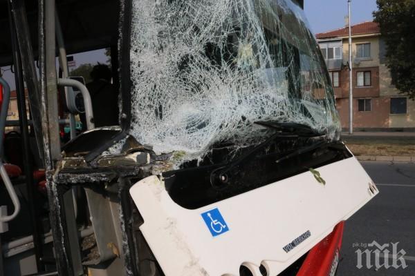 КАТАСТРОФА: Автобус на градския транспорт се блъсна в дърво в Пловдив - трима са ранени