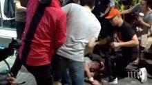 КРЪВ: Мъж вилня с нож в Хонконг - кла наред в търговски център (ВИДЕО)