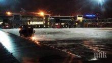 Самолет с 80 души на борда кацна аварийно заради повреден от птица двигател (ВИДЕО)