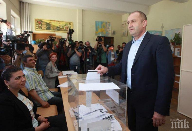 ИЗВЪНРЕДНО В ПИК TV: Румен Радев пак гласува без Деси Радева, но с лична карта (ОБНОВЕНА/ВИДЕО)