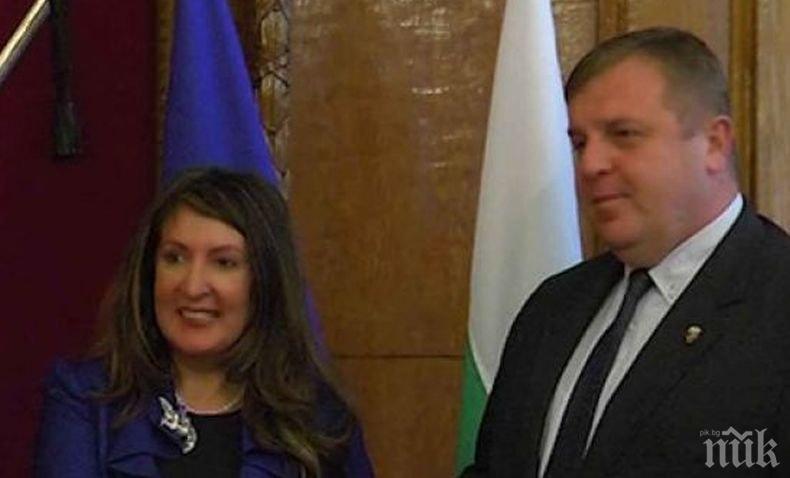 Топло посрещане: Вицепремиерът Каракачанов разговаря с посланичката на САЩ Херо Мустафа (ВИДЕО)