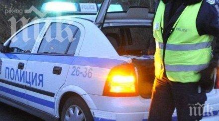 Полицаи за пример: Смениха спуканата гума на пенсионер