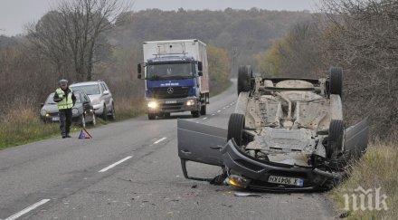 Кола се заби в трактор и се обърна по таван край хасковско село (СНИМКИ)